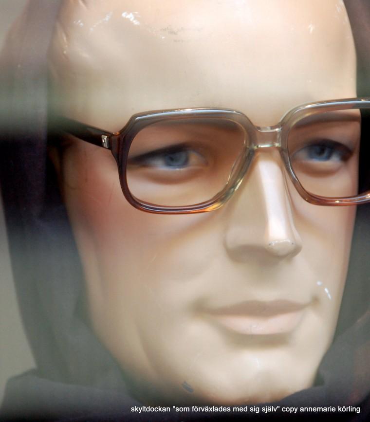 skyltdocka MAN med glasögon och sjal