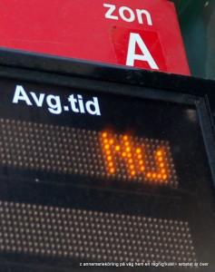 Nutiden låter vänta på sig. Det blir ett slags evigt nu, nu, nu då man väntar på bussen! Men det är bara jag som viker ut ur ledet. Jag ser ett fotografi. Jag förevigar en stunds nu med andra ord.