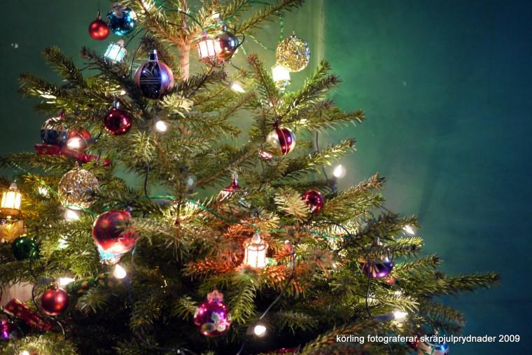 Inköpt julgran med julpynt från kontainrar och sopor 2009