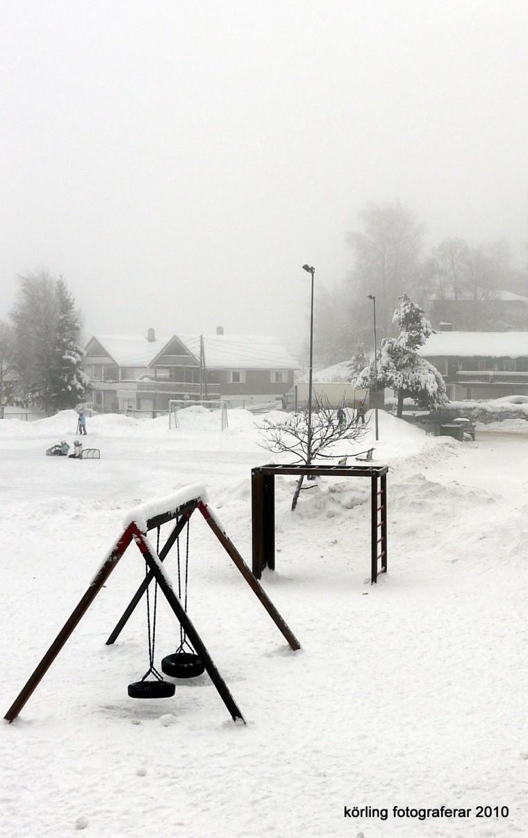 Körling fotograferar en snöig skolgård  i Norge någon gång 2010