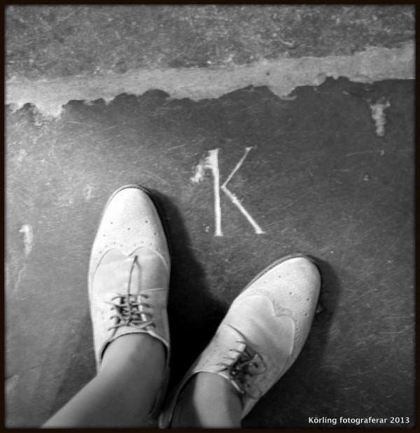Körling fotograferar bokstäver framför skorna 2013