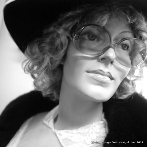 Skyltdocka med glasögon Körling fotograferar 2012
