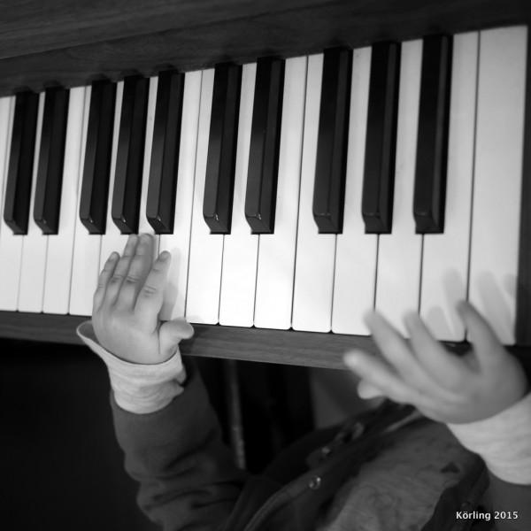 Små barn spelar piano - körling fotograferar 2015