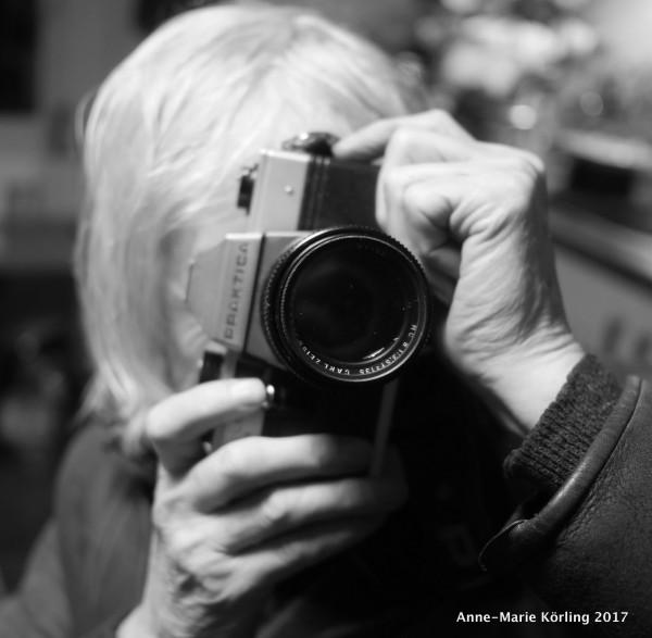 Jag är inte fotograf. Jag har en kamera som inte fungerar. Men så fina bilder jag kan se, skrattar mannen jag talar med.